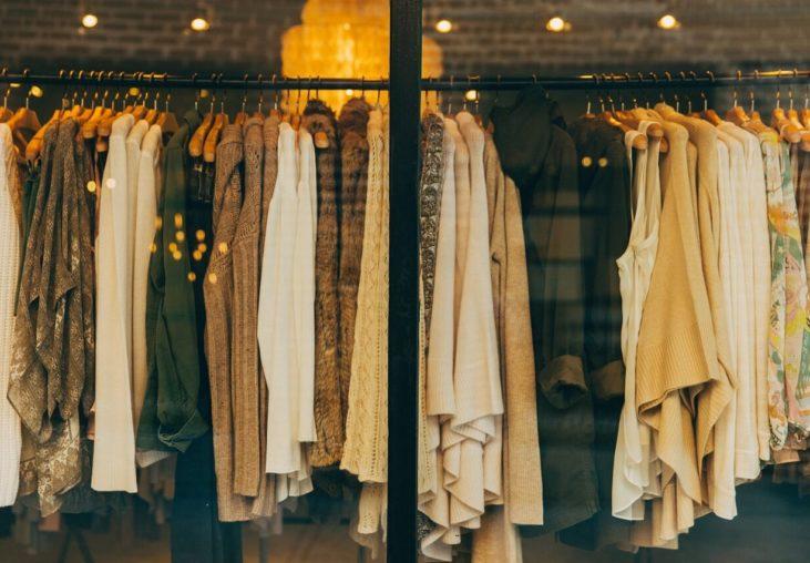 ubrania na wystawie