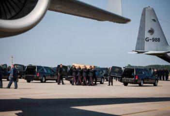 Lotnisko - firma pogrzebowa transportująca trumnę